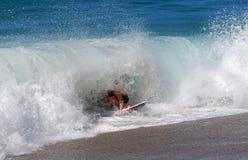 Huésped de la leche desnatada que monta una onda de la rotura de la orilla en la playa en Laguna Beach, California de Aliso Fotografía de archivo
