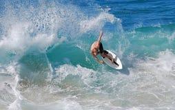 Huésped de la leche desnatada que monta una onda de la rotura de la orilla en la playa en Laguna Beach, California de Aliso Fotos de archivo libres de regalías