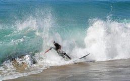Huésped de la leche desnatada que monta una onda de la rotura de la orilla en la playa en Laguna Beach, California de Aliso Fotografía de archivo libre de regalías
