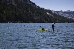 Huésped del Kayaker y de la paleta en el lago en California, los E.E.U.U. imagen de archivo libre de regalías