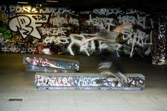 Huésped del patín con el fondo de la pared de la pintada Foto de archivo libre de regalías