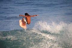 Huésped incomparable de la boogie que se coloca en el tablero y que practica surf, playa del EL Zonte, El Salvador fotos de archivo
