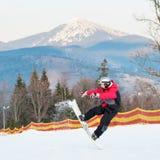 Huésped masculino en su snowboard en el centro turístico del winer Fotos de archivo libres de regalías