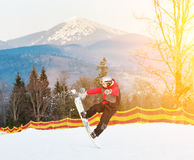 Huésped masculino en su snowboard en el centro turístico del winer Foto de archivo