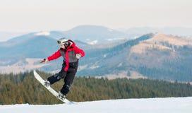 Huésped masculino en su snowboard en el centro turístico del winer Imagen de archivo