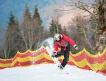 Huésped masculino en su snowboard en el centro turístico del winer Foto de archivo libre de regalías