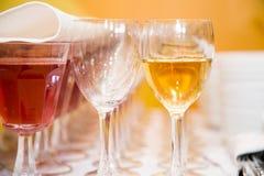 Huéspedes de abastecimiento del vino Foto de archivo libre de regalías