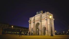 Huéspedes de París que ven Arc de Triomphe du Carrousel, visita turística a Francia almacen de metraje de vídeo