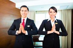 Huéspedes del saludo del personal en hotel asiático Imagen de archivo