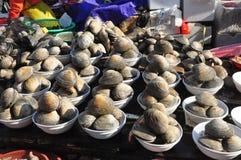Huître fraîche au marché de fruits de mer Image libre de droits