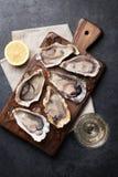 Huîtres avec le citron et le vin blanc photographie stock libre de droits