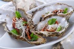 Huîtres avec le parmesan et les tomates cuites au four Photo libre de droits