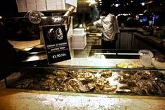 Huîtres dans un bar à huîtres Lisbonne Portugal Photos stock