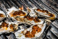 Huîtres de Cajun sur demi Shell sur le gril Photographie stock