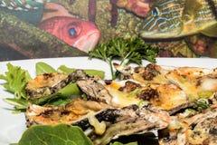 Huîtres de Cajun sur la demi coquille avec la photo de poissons à l'arrière-plan Images stock