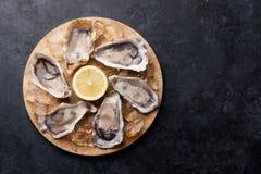 Huîtres et citron au-dessus de glace photo stock