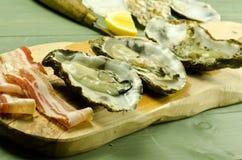 Huîtres et pancetta crus photos stock