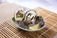 Huîtres fraîches avec le citron (kaki de Nama) Photographie stock libre de droits