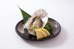 Huîtres fraîches avec le citron (kaki de Nama) Image stock