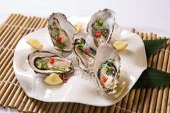 Huîtres fraîches avec le citron (kaki de Nama) Photos libres de droits