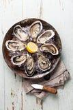 Huîtres ouvertes avec le couteau d'huître photos libres de droits