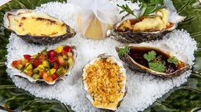 Huîtres sur une moitié Shell images libres de droits
