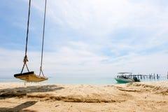 Huśta się pod drzewem, słońcem lato czas na niebie i piaskiem plażowy relaksu krajobrazu punkt widzenia przy Samet wyspą, Zdjęcia Stock