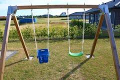 huśtawka Drewniana huśtawka w ogródzie Na zewnątrz huśtawka setu Childs huśtawka Zdjęcia Stock