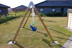 huśtawka Drewniana huśtawka w ogródzie Na zewnątrz huśtawka setu Childs huśtawka Obraz Stock