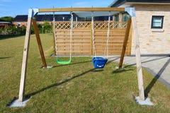 huśtawka Drewniana huśtawka w ogródzie Na zewnątrz huśtawka setu Childs huśtawka Fotografia Stock