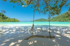 Huśtawka i Piękna plaża dla relaksu, Lokalizować Surin wyspa, Obraz Stock
