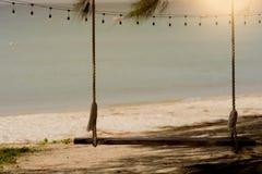 Huśtawka na plaży z zmierzchem obraz stock