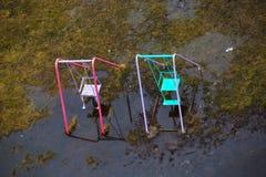 Huśtawki stoją w wodzie po deszczu w wiośnie Fotografia Royalty Free