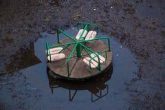 Huśtawki stoją w wodzie po deszczu w wiośnie Zdjęcia Stock