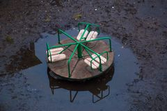 Huśtawki stoją w wodzie po deszczu w wiośnie Obrazy Stock