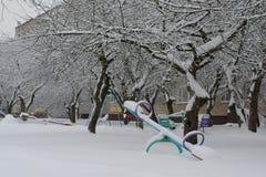 Huśtawki w boisku po opadu śniegu fotografia royalty free