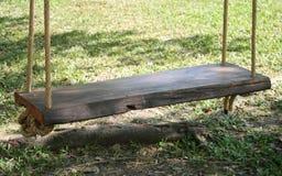 Huśtawkowy drewniany obwieszenia siedzenie Obrazy Stock
