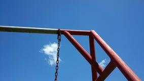 Huśtawkowy krawędź metalu baru odgórny widok, jasny niebieskie niebo Zdjęcie Royalty Free