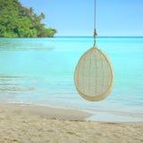 Huśtawkowy zrozumienie na drzewie nad piękną plażą w Tajlandia Fotografia Royalty Free