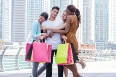 Самый лучший день для друга идет ходить по магазинам Красивые девушки в платьях hu Стоковое Изображение RF
