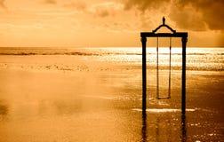 huśtawka nad morzem przy zmierzchem w Bali, Indonesia Obraz Royalty Free