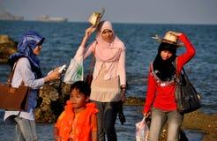 Hua Hin, Ταϊλάνδη: Μουσουλμανικές γυναίκες στην παραλία Στοκ εικόνα με δικαίωμα ελεύθερης χρήσης