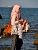 Hua Hin, Ταϊλάνδη: Μουσουλμανικές γυναίκες στην παραλία Στοκ Φωτογραφίες
