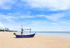 Hua Hin-Strand mit Fischerboot Lizenzfreie Stockfotos