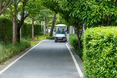 Hua Hin/Tailândia - 3 de julho de 2018: No parque público, 2 mulheres que conduzem o carrinho de golfe fotos de stock