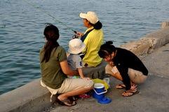 Hua Hin, Tailândia: Mulheres e pesca da criança Fotos de Stock