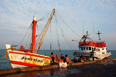 Hua Hin, Tailandia: Barcos pesqueros en el embarcadero público Imágenes de archivo libres de regalías