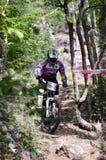 El competir con en declive de la bici de montaña Foto de archivo libre de regalías