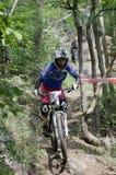 El competir con en declive de la bici de montaña Imagen de archivo libre de regalías