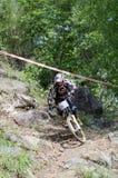 El competir con en declive de la bici de montaña Fotografía de archivo libre de regalías